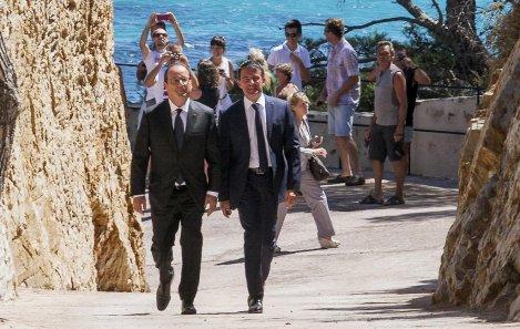 Francois-Hollande-et-Manuel-Valls-au-Fort-de-Bregancon-a-Bormes-les-Mimosas-le-15-aout-2014_exact1024x768_l